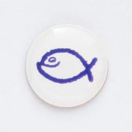 Значок на цанге - Синяя юмористическая  рыбка на белом фоне