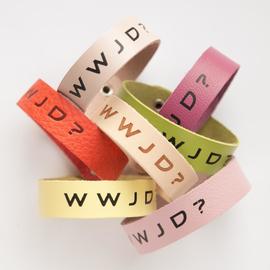 """Браслет """"W W J D ?"""" из натуральной кожи (разные цвета)"""
